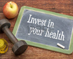 41677071-investire-nella-vostra-salute--lavagna-in-ardesia-segno-contro-fienile-in-legno-dipinto-di-rosso-int