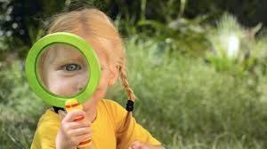 il-bambino-guarda-il-mondo-con-la-lente-delle-emozioni